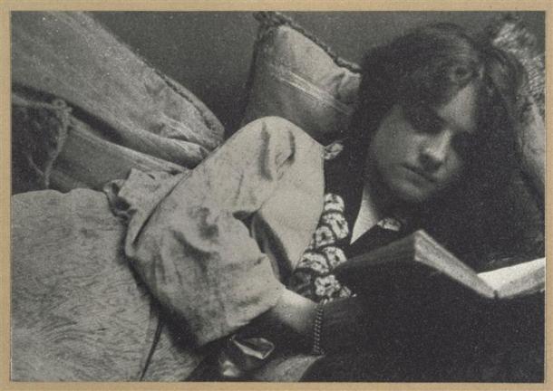 André Hachette, Jeune femme allongée sur des coussins lisant, 1900-1910