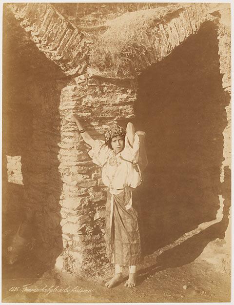 Anonyme, 2e moitié du 19e siècle, Femme kabyle à la fontaine, papier albuminé.