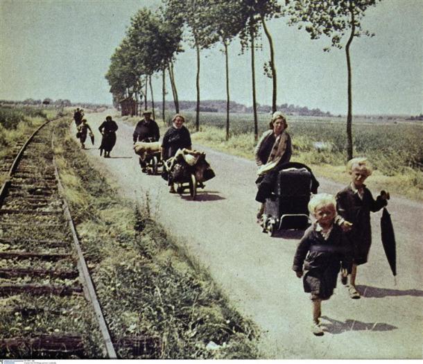 Anonyme, Exode de civils français sur une route de campagne, 1er juin 1940, Berlin BPK