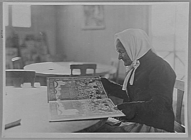 Anonyme, Personne âgée lisant à la bibliothèque du Comité américain de Coucy, 1920