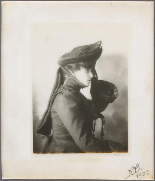 Anonyme, Portrait d'une femme coiffée d'un chapeau, 1903, gélatino-bromure d'argent