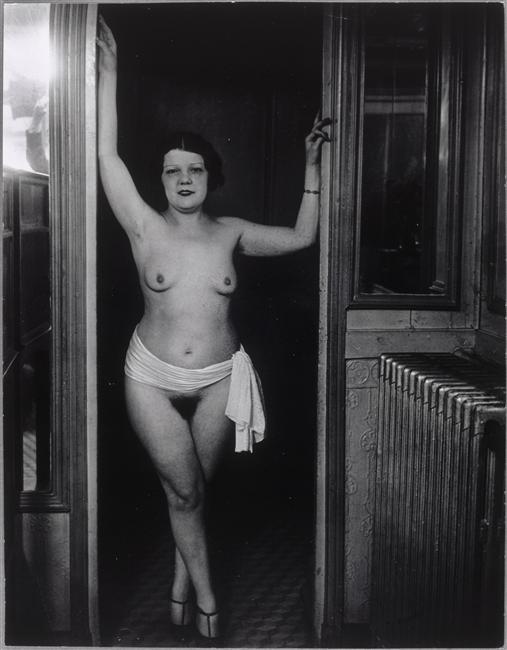 Brassaï (dit), Halasz Gyula (1899-1984), Chez Suzie, rue Grégoire de Tours, La femme au ruban, vers 1932