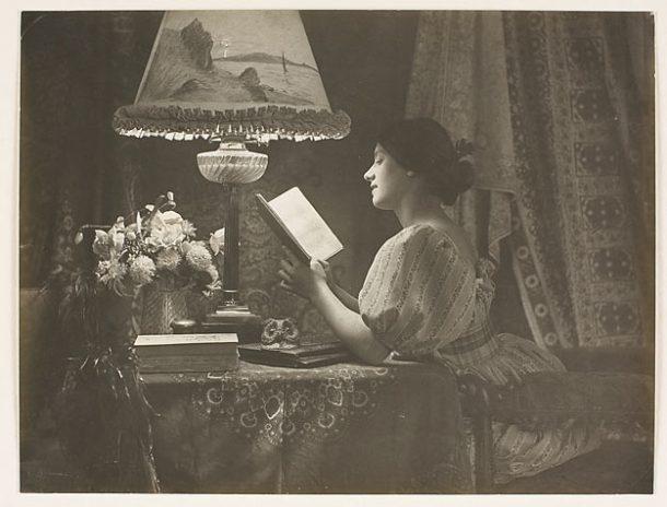 COMMANDANT PUYO (dit), PUYO Émile Joachim Constant. Portrait d'une jeune femme lisant, gomme bichromatée. 1e moitié du 20e siècle