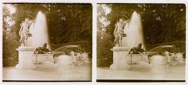 Non identifié. Fontaine dans les jardins du château de Versailles, gélatino-bromure d'argent, 1e moitié du 20e siècle.