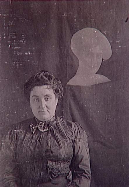 Album de photographies spirites, femme assise et spectre de jeune femme, 1901