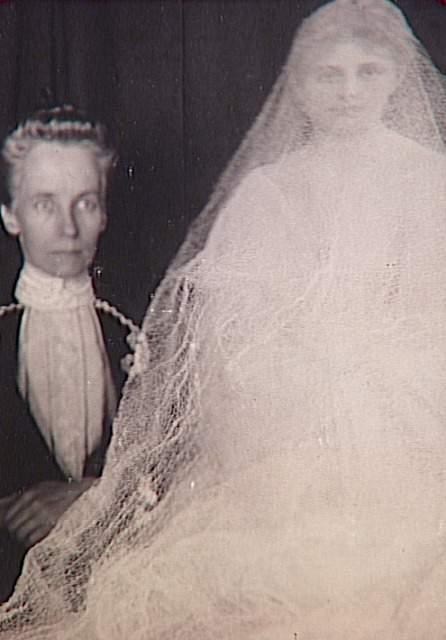 Album de photographies spirites, médium et spectre de jeune mariée, 1901