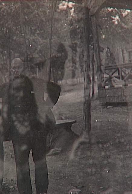Anonyme, Album de photographies spirites, homme debout en extérieur et spectre d'indien, 1901