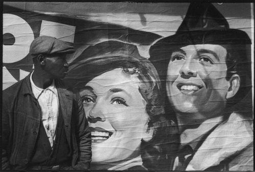 Homme devant une affiche de film à Vicksburg où à la Nouvelle Orléans, 1936, Walker Evans, MET