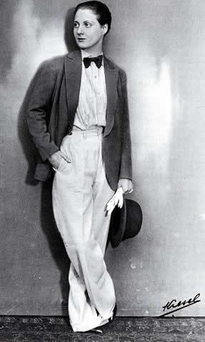 L'actrice Charlotte Andler en 1929: pantalon, noeud papillon, chemise, veste d'homme et cheveux courts