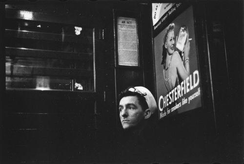 Marin sous une pub pour les cigarettes Chesterfield, métro de Times Square, NY, Walker Evans, MET