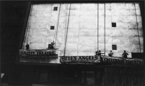 Montage d'une affiche pour les Hell's Angels à NY, 1930, photographie de Evans Walker, MET, NY