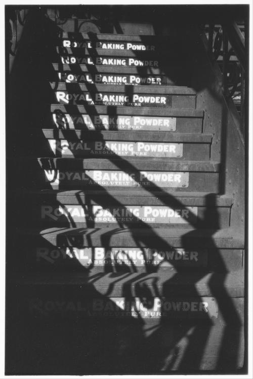 Publicité pour The Royal Baking Powder, sur les marches  de l'escalier du métro de la Sixth Avenue, 1929, MET, NY