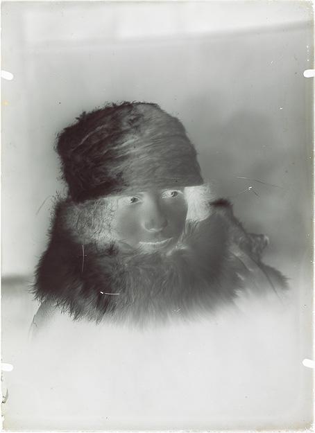 REYBAS André. Portrait d'une femme portant un vison autour du cou, vers 1920, gélatino-bromure d'argent (négatif).
