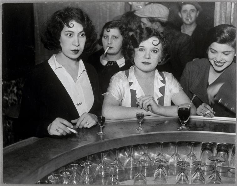 trois-femmes-aux-accroche-coeur-autour-du-zinc-dans-un-bistrot-rue-de-lappe-brassai-vers-1932-collection-particulic3a8re