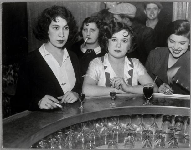 femmes_accroche-coeur_bistrot_ BRASSAI_1932