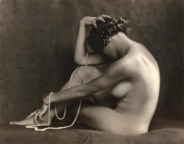 Jeune femme nue_assise de profil_1920-1925_Carlo Wulz_Museo di storia della Fotografia_Florence