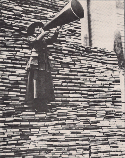Woman_New York Public Library_Fifth Avenue_1910